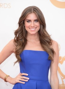 allison-williams-in-ralph-lauren-emmy-awards-2013-600x817